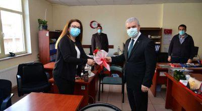 Kırşehir Valisi İbrahim Akın, kadın personele karanfil dağıttı