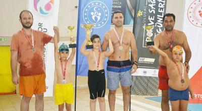 Kırşehir'de babalar ve oğulları, yüzme yarışmasına girdiler