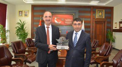 Rektör Karakaya, başarılı öğretim görevlisini tebrik etti