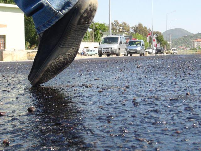 Sıcaklardan asfalt eridi!