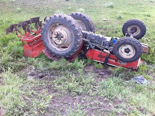 Çocuğunun kullandığı traktörü durdurmak isterken yaralandı
